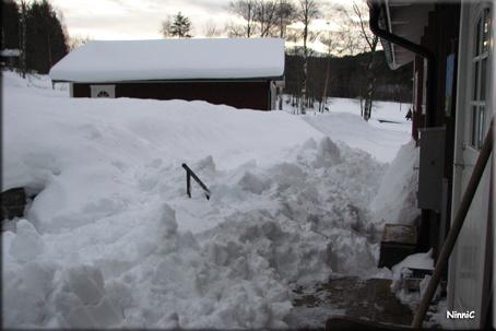 Framsidan full med snö från taket.