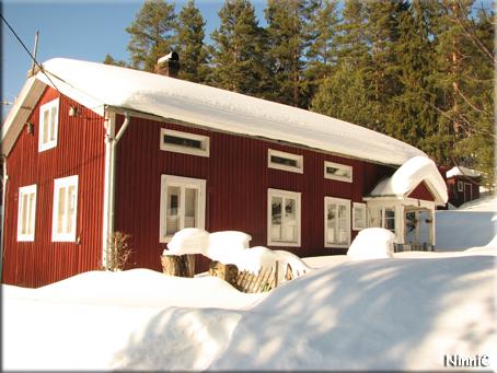 Än är det långt till sommaren... ett fint sommarhus som ligger efter vår lilla väg.