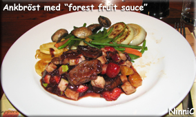 Ankbröst med forest fruit sauce.