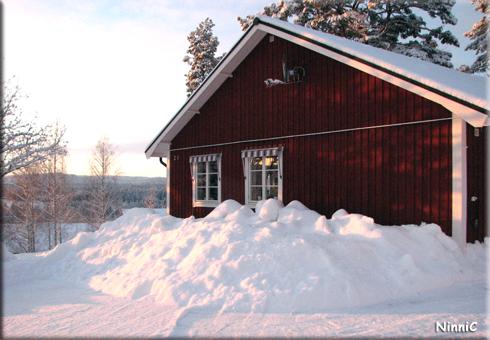 120124 Mycket snö framför köksfönstren nu.