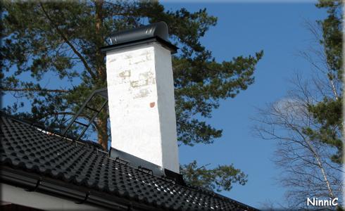 120422 Taket och skorstenen har fått stegar.