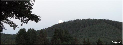 120701 Månen vilar på berget.