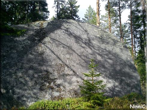 120903 En stor minnessten mitt i skogen.