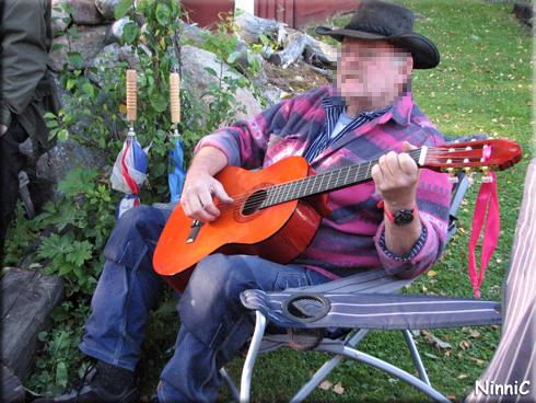120908 ''Berka'' sjunger och spelar för oss.