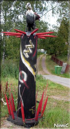 120918 Fågelstaty utanför konsthallen i Färila.