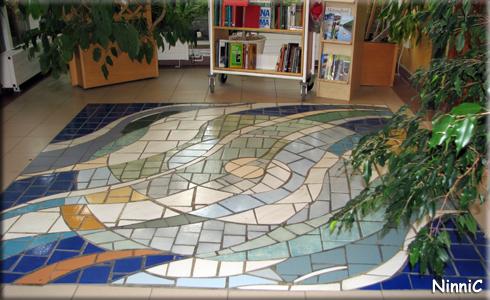 120918 Mosaikgolvet som C har lagt vid ingången till biblioteket i Färila.