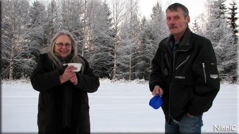 121211 Bensträckare - Karin och Christer värmer sig med kaffe i kylan.