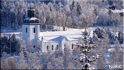 130122 Järvsö kyrka i vinterskrud.