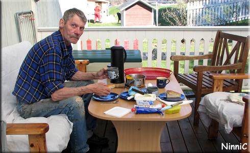 140427 Årets första frukost på altan