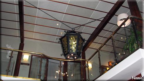 151031 Vacker lampa i foajen.