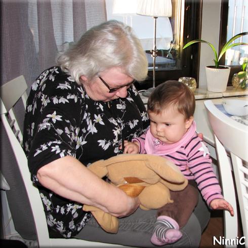 151103 Lilla V med sin gammelmormor