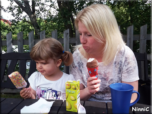 170724 Vilja och Ellinor njuter av glassen på Kägelholmen