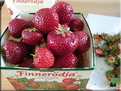 Rensar jordgubbar